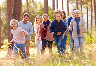 allsafe fortuna - Familie läuft durch einen Wald