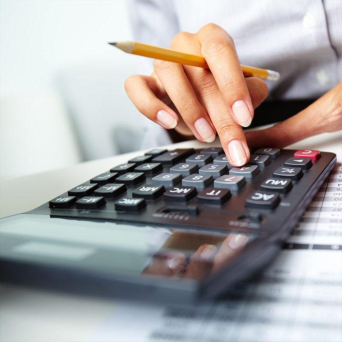 Versicherer kalkuliert am Taschenrechner