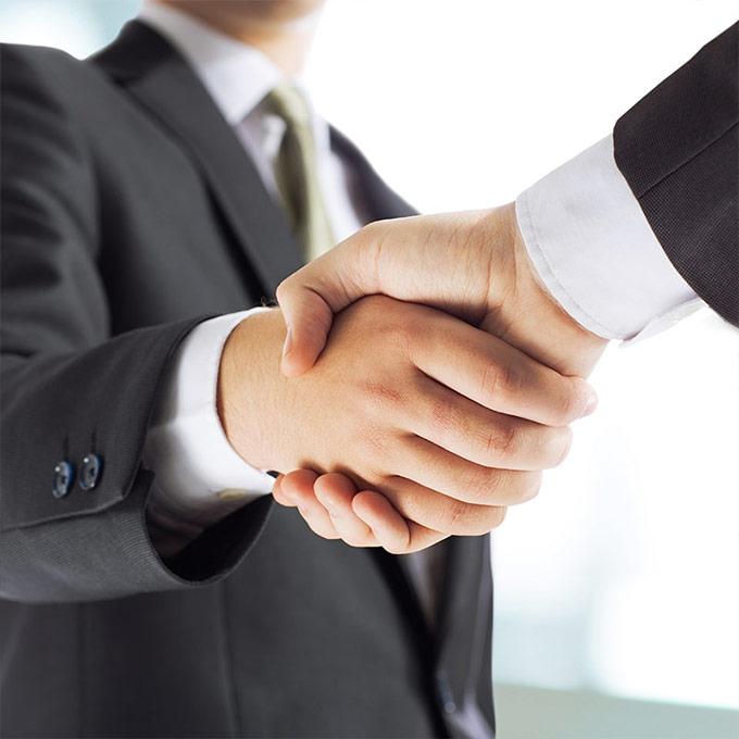 Vertriebspartner Hände schütteln
